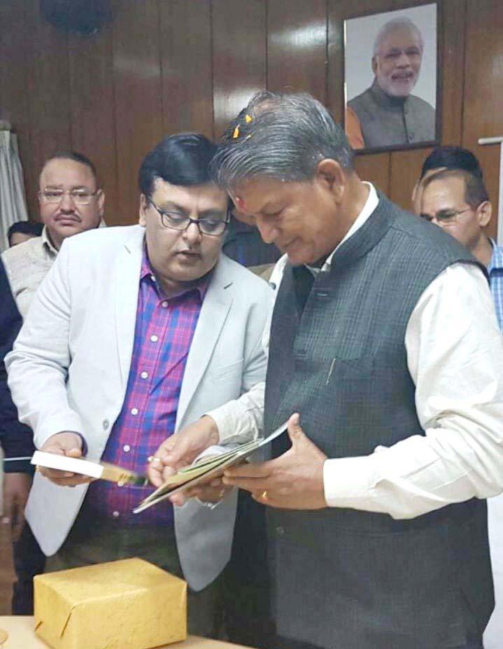 उत्तर प्रदेश फिल्म विकास परिषद के उपाध्यक्ष गौरव द्विवेदी से वार्ता करते उत्तराखंड के मुख्यमंत्री हरीश रावत।