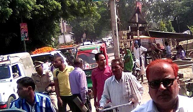 रेलवे फाटक बंद होने से जाम में फंसी भाजपा प्रदेश अध्यक्ष केशव प्रसाद मौर्य की गाड़ी।