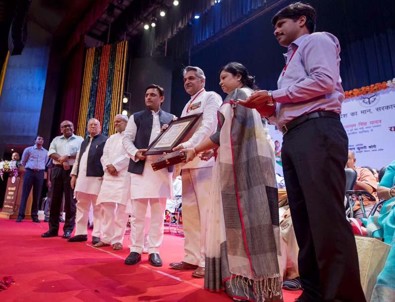 यश भारती सम्मान देते मुख्यमंत्री अखिलेश यादव।