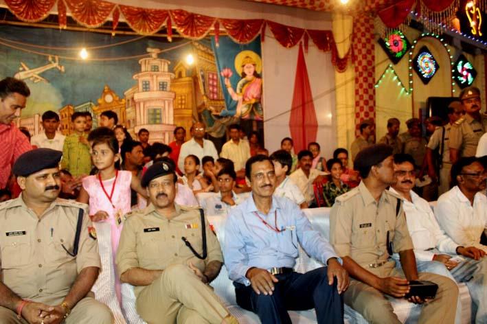 राम-रावण युद्ध देखते एसएसपी, एएसपी (सिटी) व अन्य अफसर'।