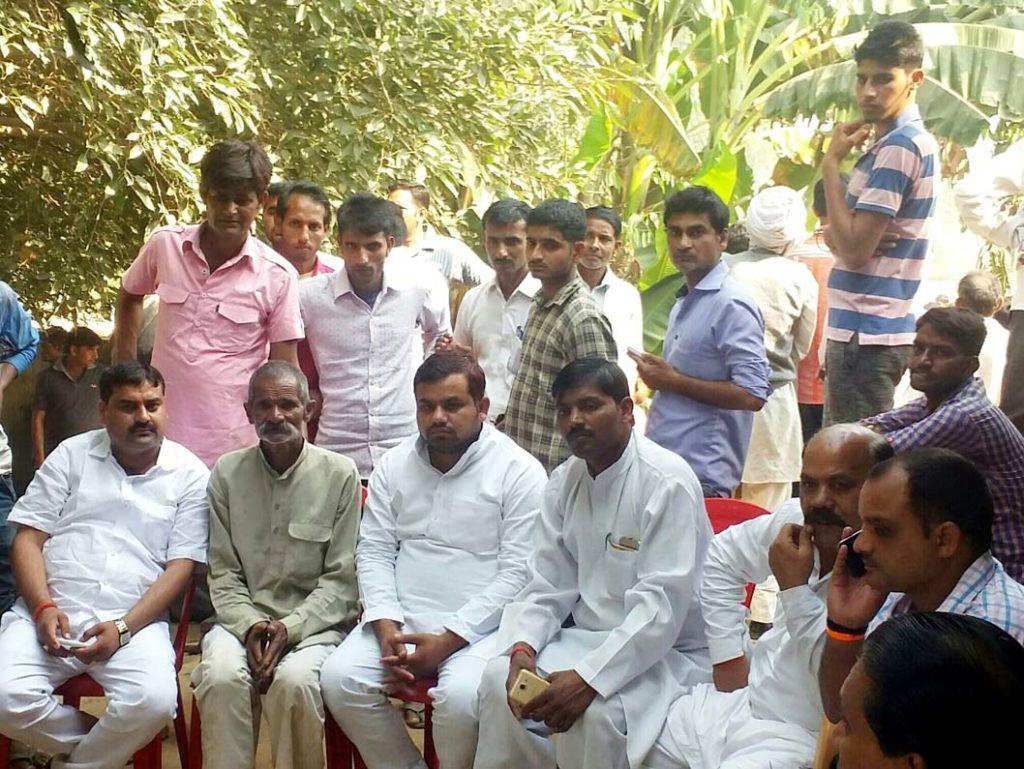शहीद सुधीश कुमार के पिता ब्रह्मपाल को सांत्वना देते नेतागण।