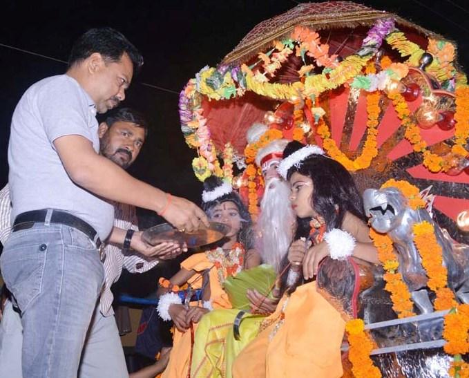 भगवान राम व लक्ष्मण के पात्रों की आरती उतारते चेयरमैन राजीव कुमार गुप्ता।