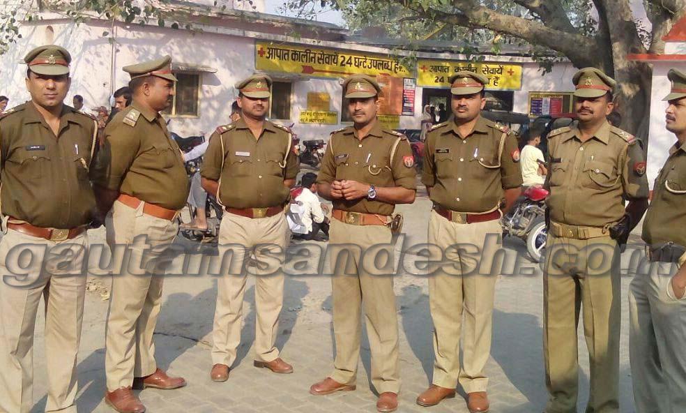 जिला अस्पताल में शव की सुरक्षा में तैनात पुलिस।