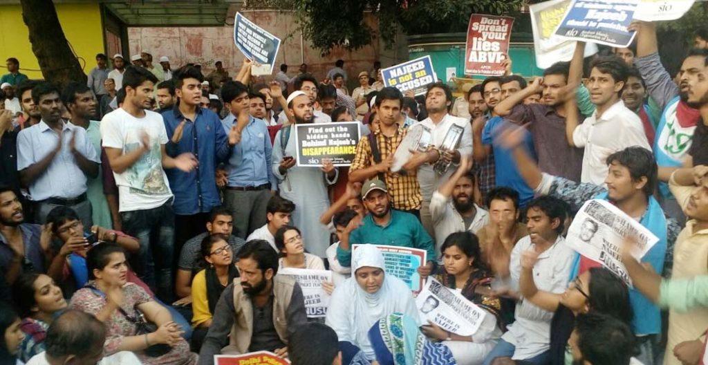 दिल्ली में पुलिस मुख्यालय पर प्रदर्शन करते पीड़ित परिजन, छात्र-छात्रायें और युवा।