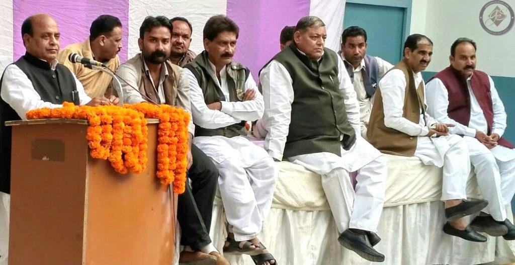 समाजवादी पार्टी की बैठक को संबोधित करते राम आसरे विश्वकर्मा और मौजूद नेतागण।