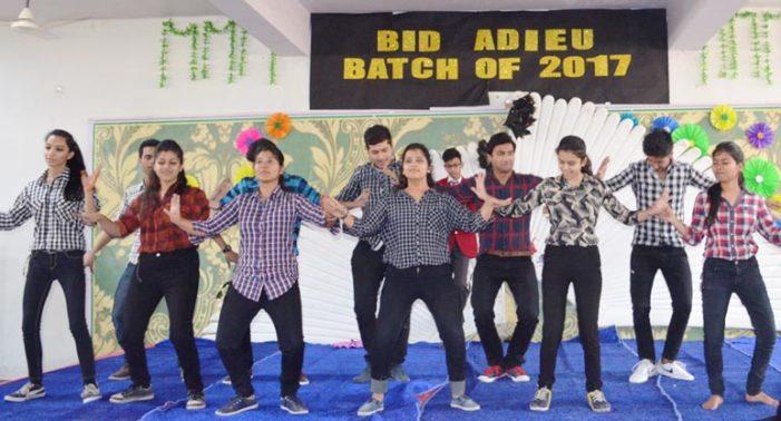 ब्लूमिंगडेल में विदाई समारोह के अवसर पर छात्र-छात्राओं ने किया धमाल