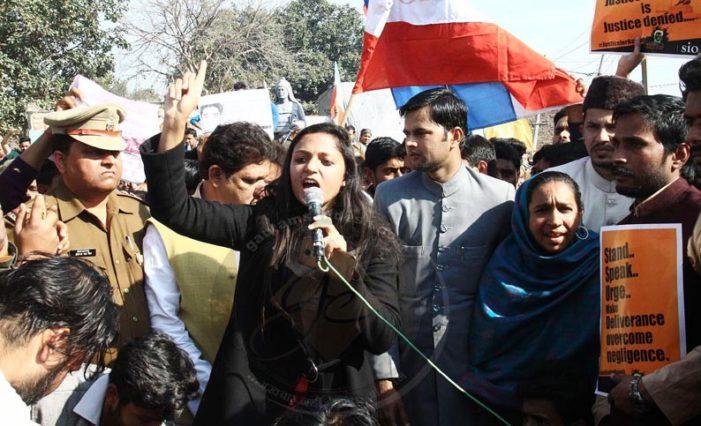 नजीब की माँ, भाई और जेएनयू के छात्र नेताओं सहित डेढ़ सौ अज्ञात लोगों पर मुकदमा