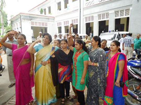कथित धर्म गुरु आसाराम की गिरफ्तारी की मांग को लेकर प्रदर्शन करतीं महिलायें