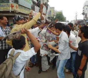 शाहजहाँपुर में ही आसाराम के पुतले में जूते-चप्पलों से मार लगाते आक्रोशित लोग
