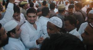 रोजा इफ्तार पार्टी में रोजेदारों से बात करते सांसद धर्मेन्द्र यादव व सपा नेता बृजेश यादव।