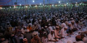 हाफिज सिद्दीकी इस्लामियां इंटर कालेज के मैदान में रोजा खोलते रोजेदार।