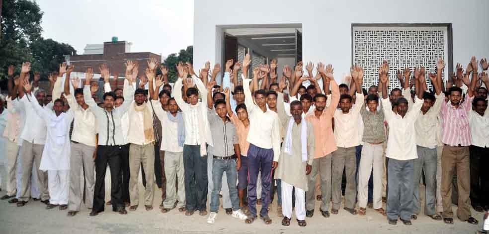 सांसद धर्मेन्द्र यादव के आवास पर दो दिन पूर्व आक्रोशित ग्रामीणों ने प्रदर्शन किया, लेकिन उनकी गुहार किसी ने नहीं सुनी