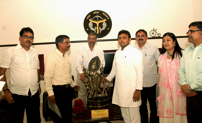 मुख्यमंत्री अखिलेश यादव को स्मृति चिन्ह भेंट करते स्टाम्प एवं निबन्धन अधिकारी संघ के पदाधिकारी