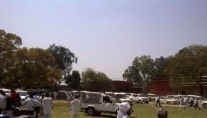 सपा की जनसभा के दौरान इस्लामियां कॉलेज के मैदान में खड़ी सपा नेताओं की लग्जरी गाड़ियाँ।