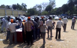 भाजपा की जनसभा में पानी पीते क्षेत्र से आये लोग।