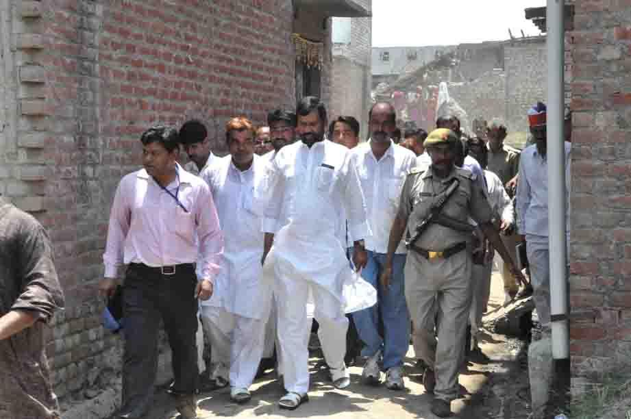 कटरा सआदतगंज में घूमते केन्द्रीय मंत्री रामविलास पासवान और उनके बेटे सांसद चिराग पासवान