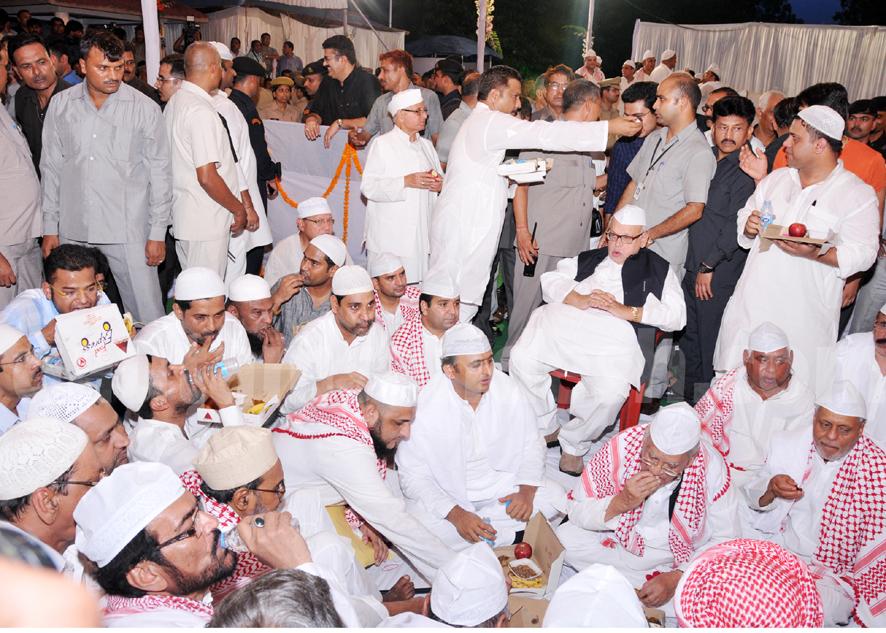 मुख्यमंत्री अखिलेश यादव के कालिदास मार्ग पर आयोजित रोजा इफ्तार में मौजूद वीवीआईपी रोज़ेदार।