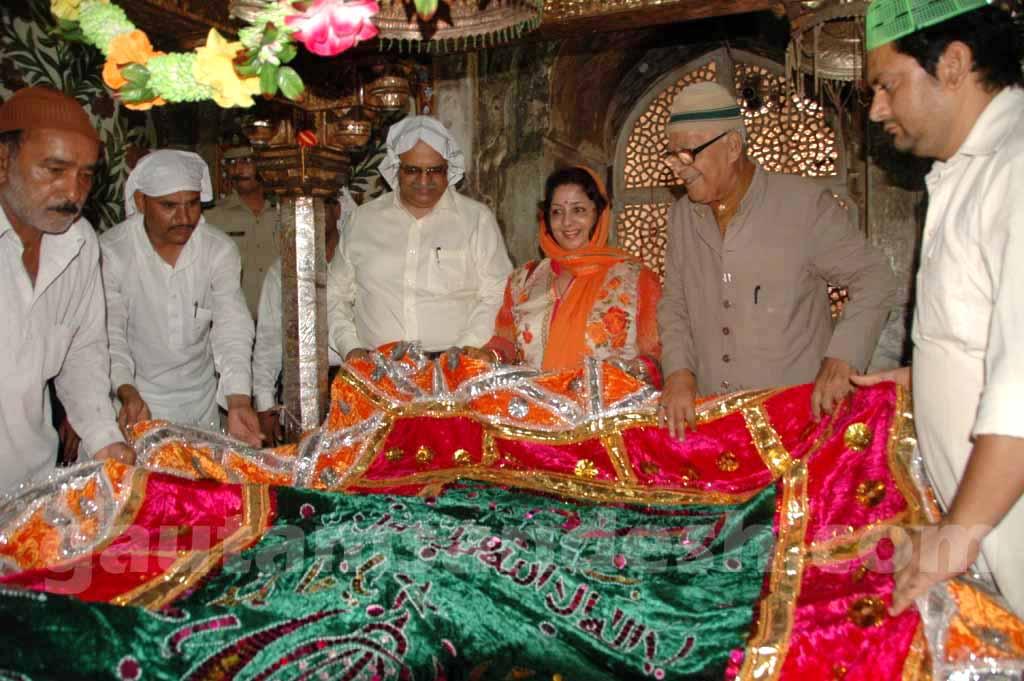 फतेहपुर सीकरी स्थित शेख सलीम चिस्ती की दरगाह में पत्नी के साथ चादर चढ़ाते मुख्य सचिव आलोक रंजन।