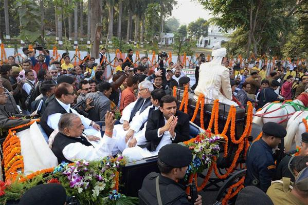 विशेष बग्घी में सवार सपा सुप्रीमो मुलायम सिंह यादव, आजम खां, अखिलेश यादव, शिवपाल सिंह यादव और माता प्रसाद।