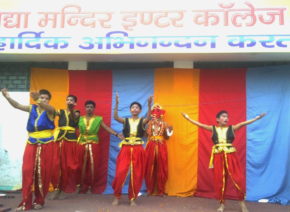 मुलायम सिंह यादव के स्वागत में नाचते-गाते संघ द्वारा संचालित कॉलेज के छात्र।