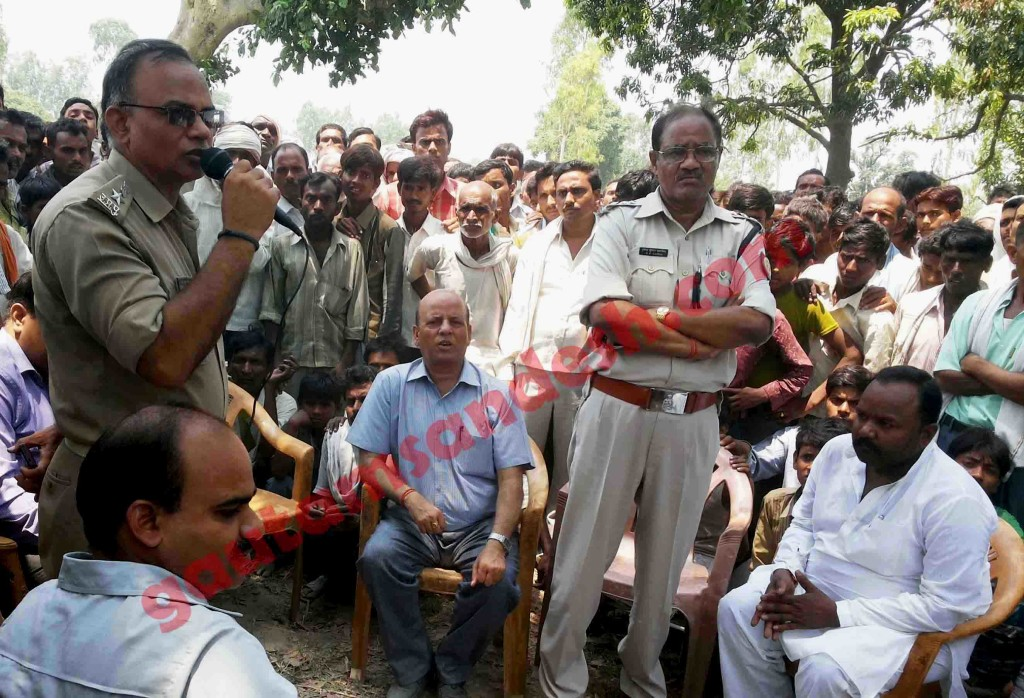 कटरा सआदतगंज कांड को तूल देने वाले एएसपी (सिटी) मान सिंह चौहान लोगों को संबोधित करते हुए।