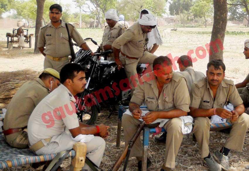 कटरा सआदतगंज में तैनात पुलिस वाले।