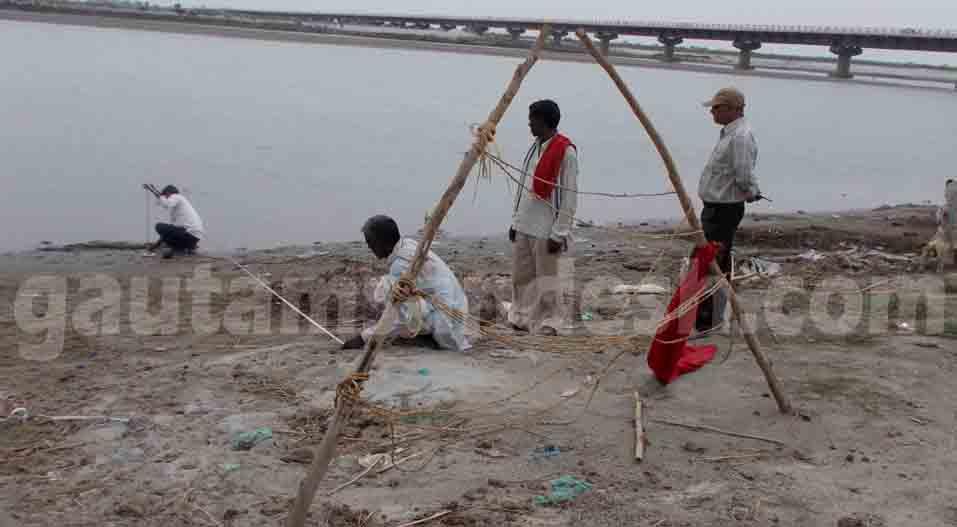 गंगा किनारे से शव निकलवाने के प्रयास करती सीबीआई टीम।