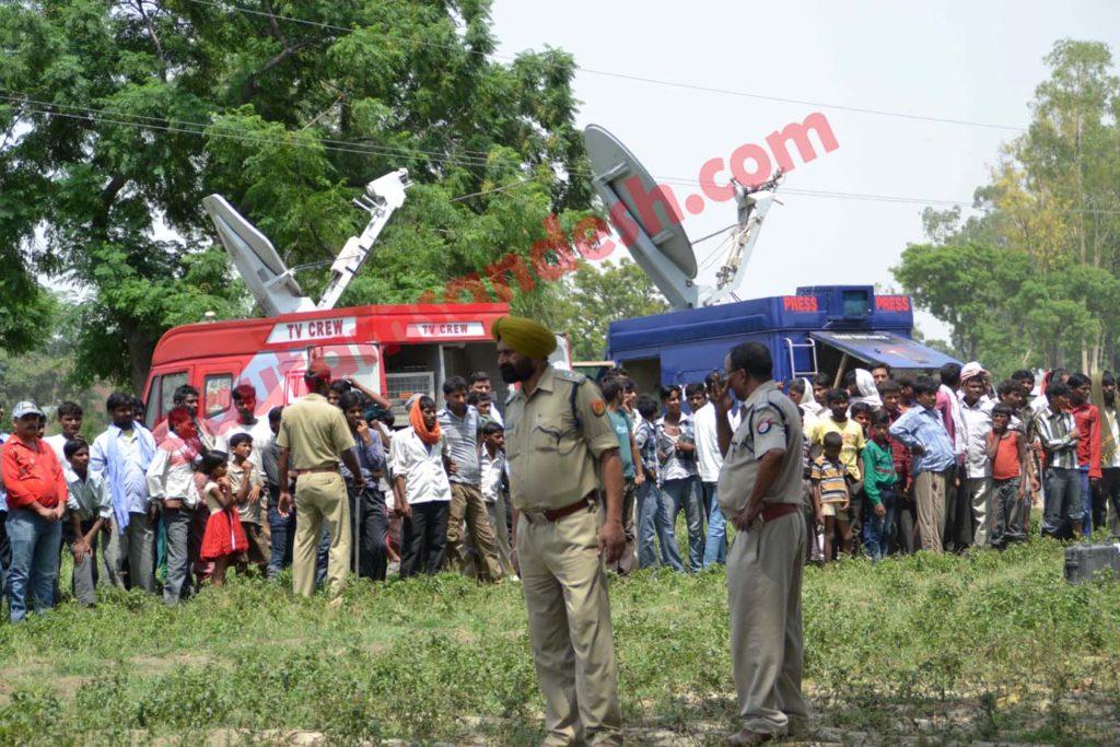 कटरा सआदतगंज में तैनात मीडिया की गाड़ियाँ।