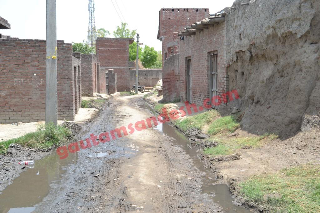 उन दिनों वीवीआईपी के चलते पूरा गाँव घटना स्थल पर ही जमा रहता था, जिससे सड़क सूनसान ही रहती थी।