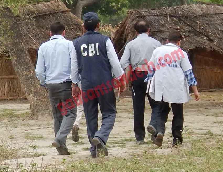 कटरा सआदतगंज में घटना स्थल की ओर जाती सीबीआई टीम।