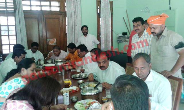 कटरा सआदतगंज में शोक व्यक्त करने जाने से पहले बदायूं में एक भाजपा नेता के आवास पर भोजन करते वरिष्ठ भाजपा नेता।