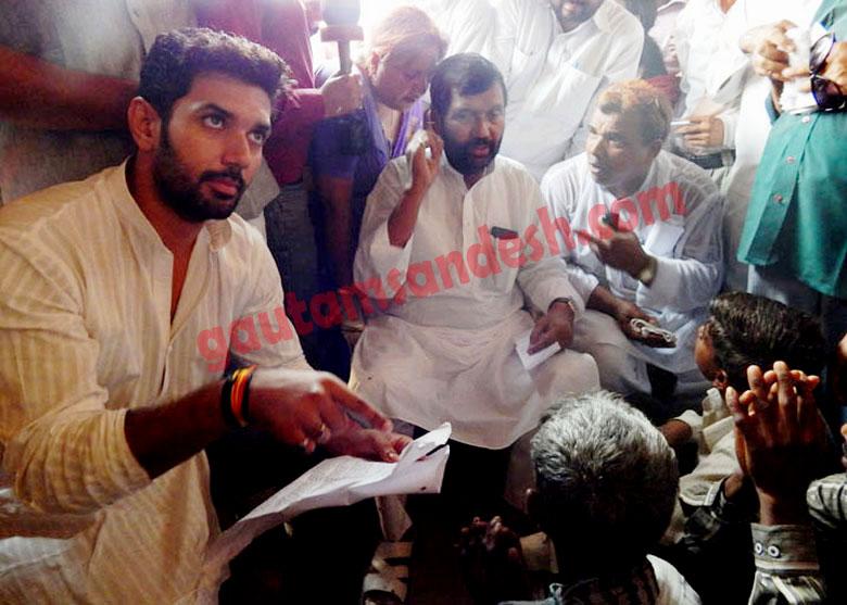 अपने पुत्र चिराग पासवान के साथ कटरा सआदतगंज में पहुंचे राम विलास पासवान।