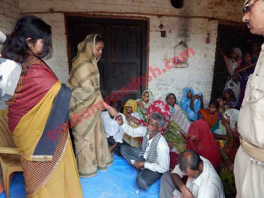 मृतक लड़कियों के परिजनों को सांत्वना देती उस समय की लोकसभा अध्यक्ष मीरा कुमार।