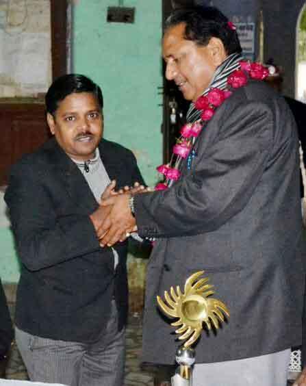 जिला सिविल बार एसोसिएशन के हॉल में नवागत जिला जज डी.के. नैनवाल का अभिनंदन करते लोकप्रिय अधिवक्ता सुधीर कश्यप।