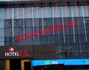इंद्रा चौक के पास स्थित होटल ला।