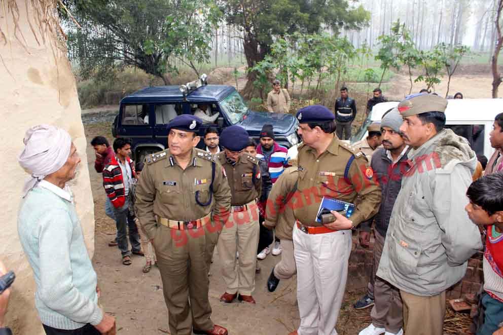 प्रहलादपुर में लोगों से बात करते डीआईजी बरेली आरकेएस राठौर।