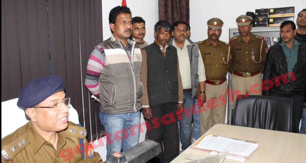पूर्व राज्यमंत्री बनवारी सिंह यादव को धमका कर पांच करोड़ मांगने वाला धर्मपाल व इसे गिरफ्तार करने वाली टीम एवं घटना का खुलासा करते एसएसपी सौमित्र यादव।