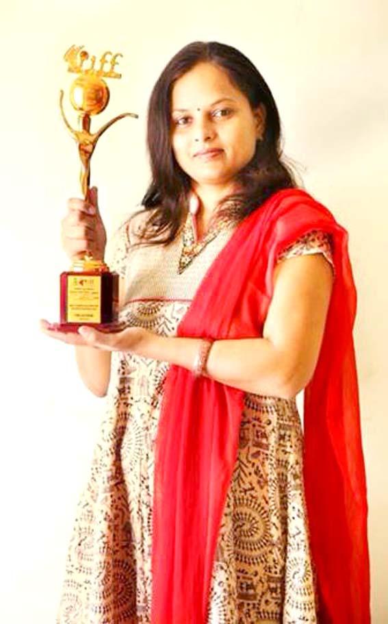 """राजस्थान इंटरनेशनल फिल्म फेस्टिवल में मिले """"बेस्ट स्क्रीन"""" प्ले अवार्ड के साथ भाग्य फिल्म की लेखिका उषा राठौर।"""