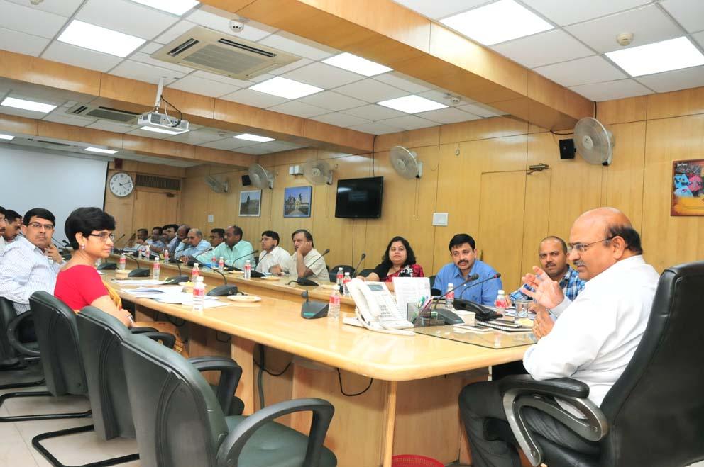 शास्त्री भवन स्थित अपने कार्यालय कक्ष के सभागार में केन्द्रीय दल के प्रतिनिधियों के साथ बैठक करते मुख्य सचिव आलोक रंजन।