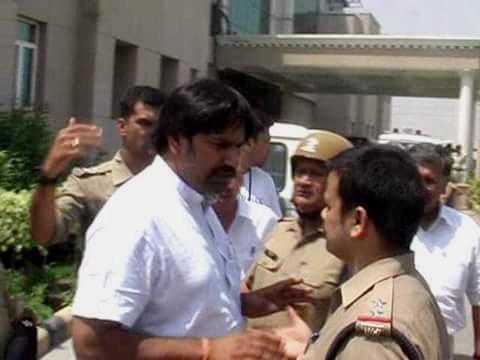 पुलिस की हिरासत में रामदेव का भाई रामभरत।
