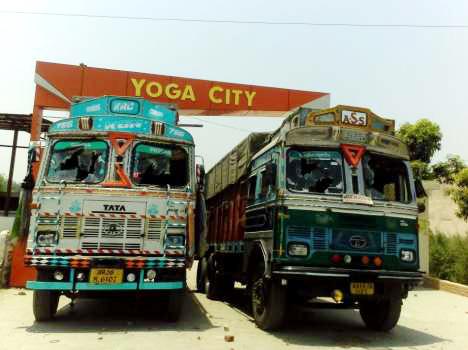 रामदेव के गार्डों द्वारा तोड़े गये ट्रक