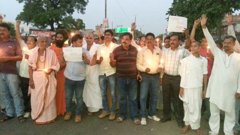 कस्बा मैलानी में जगेन्द्र के हत्यारोपियों की गिरफ्तारी की मांग को लेकर प्रदर्शन करते पत्रकार व सभ्रांत नागरिक।