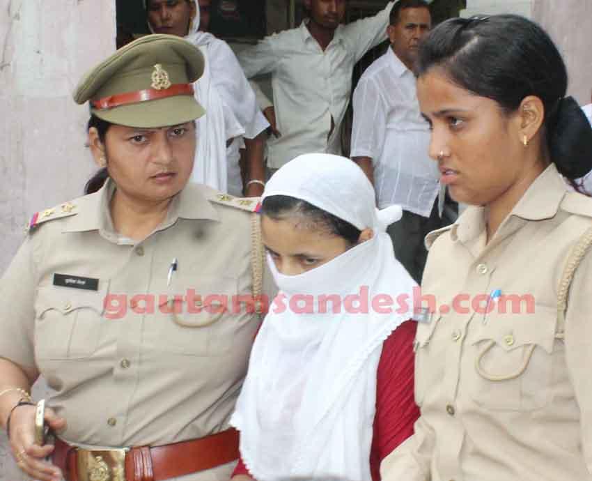 पुलिस कर्मियों के साथ पीड़ित किशोरी।