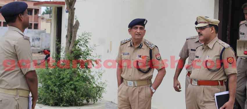 एसपी (सिटी) अनिल यादव से घटना के संबंध में जानकारी लेते डीआईजी आरकेएस राठौर और साथ में खड़े हैं एसपी (ग्रामीण) बालेन्दु भूषण सिंह।