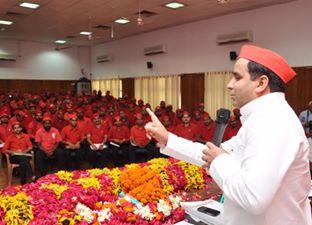 लखनऊ स्थित पार्टी मुख्यालय में लोहिया वाहिनी की प्रदेश कार्यकारिणी, जिला एवं महानगर अध्यक्षों की बैठक को सम्बोधित करते धर्मेन्द्र यादव।