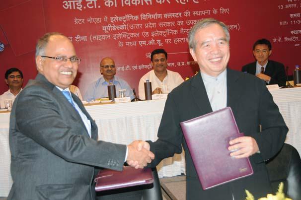 हस्ताक्षर के बाद एक-दूसरे को बधाई देते टीमा व यूपी के प्रतिनिधि।
