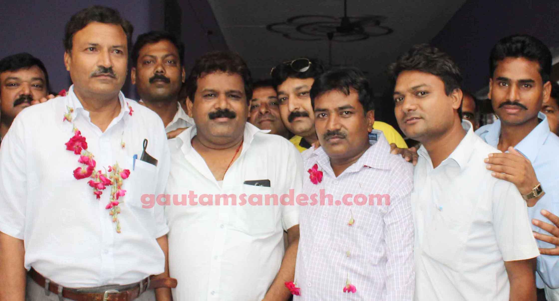 नवनिर्वाचित अध्यक्ष सुयोग्य कुमार गुप्ता व महासचिव अनूप कुमार सक्सेना को बधाई देते निवर्तमान महासचिव पवन कुमार गुप्ता।