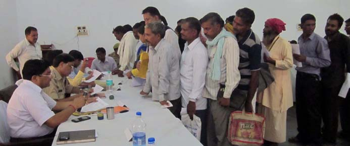 तहसील दिवस में शिकायतें सुनते प्रभारी डीएम प्रताप सिंह भदौरिया व अन्य जिला स्तरीय अधिकारी।