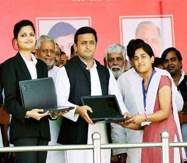 लैपटॉप बांटते हुए मुख्यमंत्री अखिलेश यादव का पुराना फोटो।