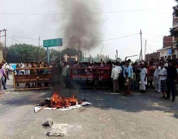 गाय को लेकर मैनपुरी में बवाल, पथराव आगजनी व फायरिंग